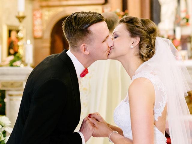 Kuss auf kirchlicher Trauung