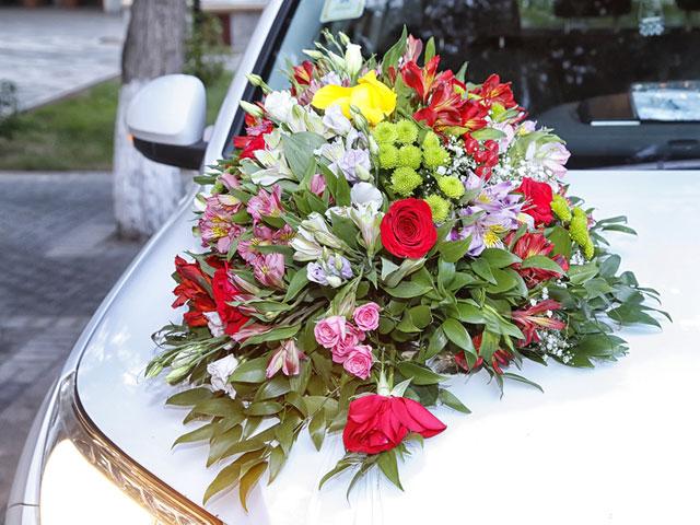 Heiraten in Dresden - Blumenschmuck fürs Auto