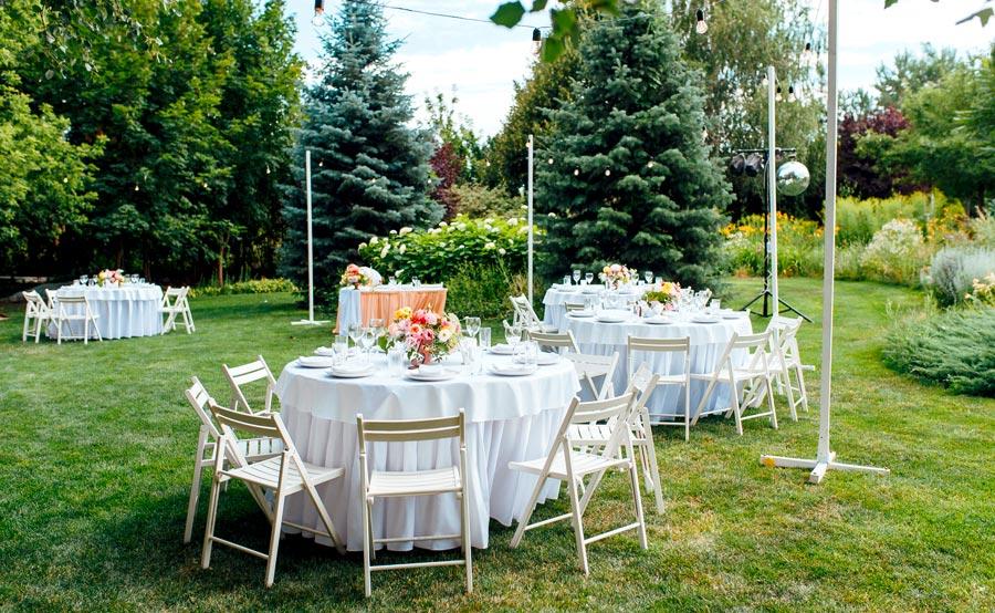 Gartenhochzeit mit runden Tischen