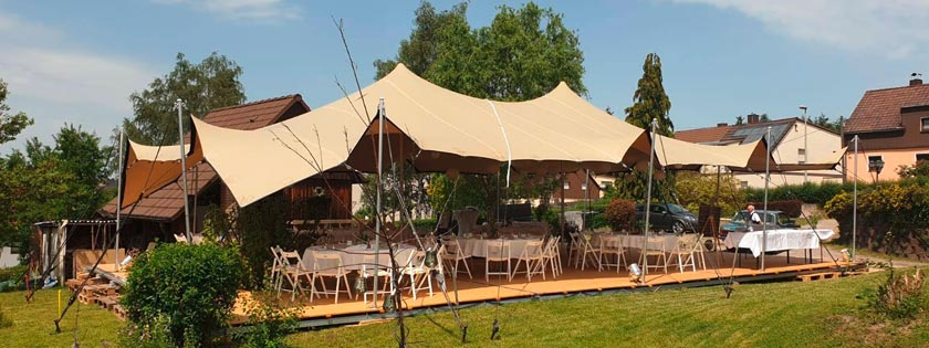 Gartenhochzeit mit Zelt